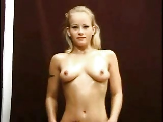 Beautifull Girl gives a real Handjob