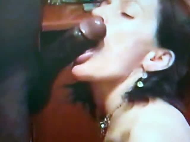 Short-video-but-too-hot,a-pretty-brunette-girlfriend-sucking-her