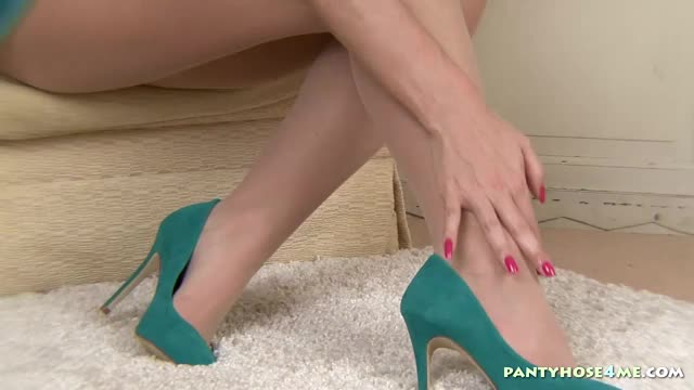 Betty-Fingers-Pussy-Through-Pantyhose