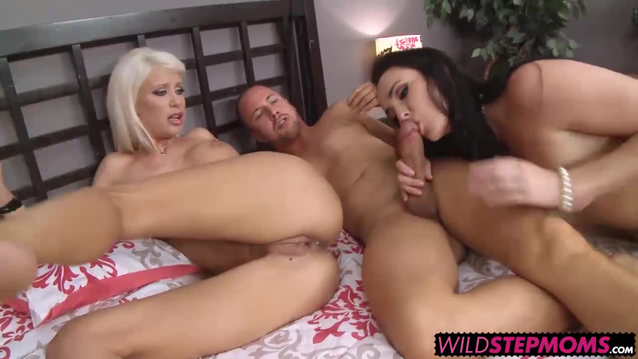 Bianca-Breeze-walked-in-on-her-hot-stepdaughter-Riley-Jenner