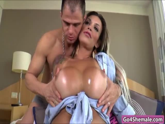 Brazilian-TS-Julie-Berdu-is-anal-reamed