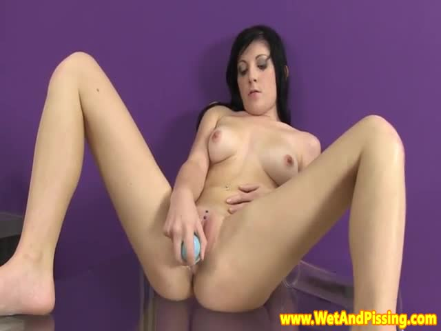 Pissing-fetish-babe-uses-dildo-after-gushing